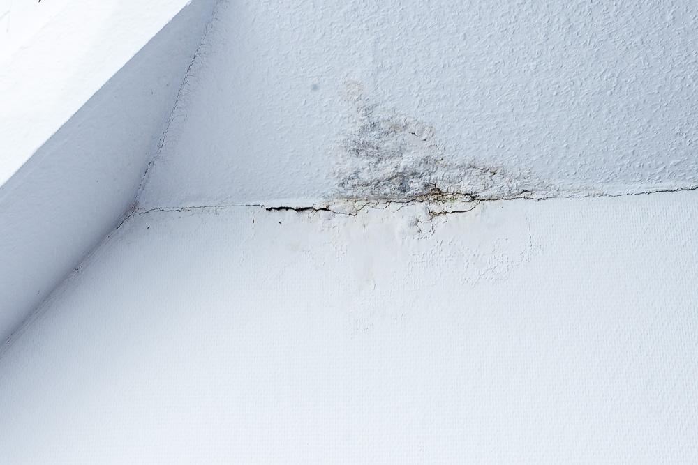 Dachschaden-Risse-in-der-Decke-Feuchtigkeit-1