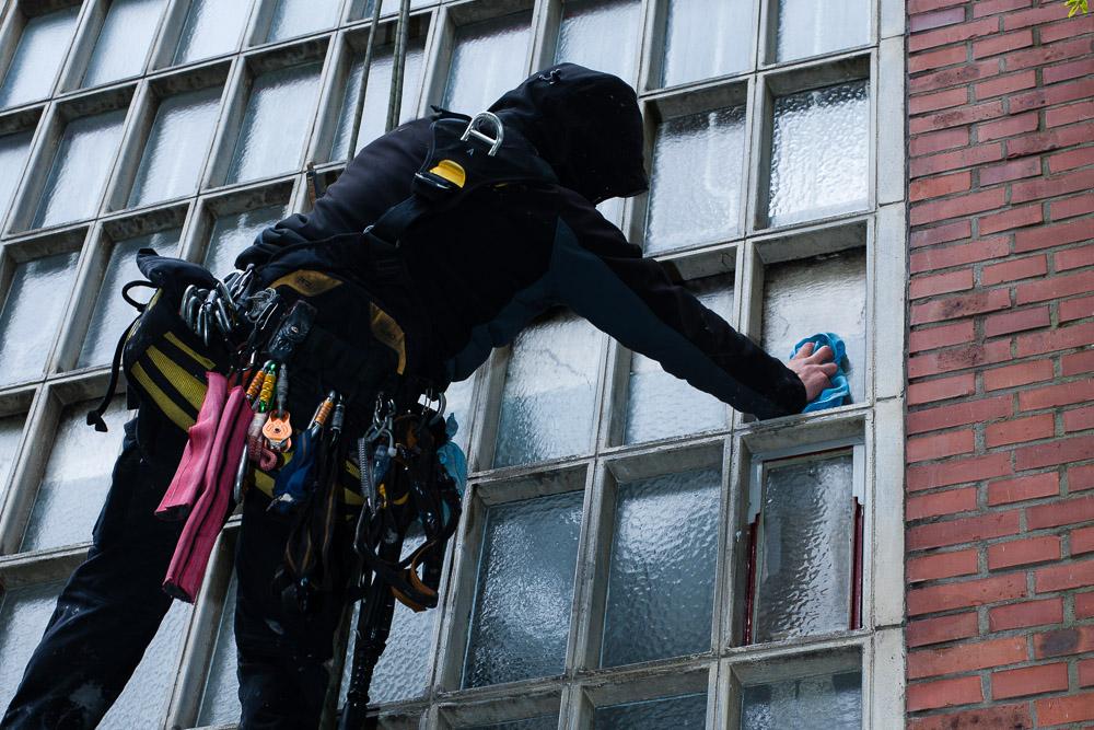 Glasfassade-reinigen-am-Seil 1